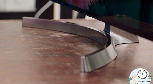Разместить ТВ можно на серебристую выгнутую ножку