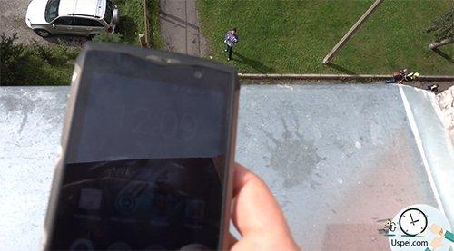 Смартфон продолжает работать даже после такого удара