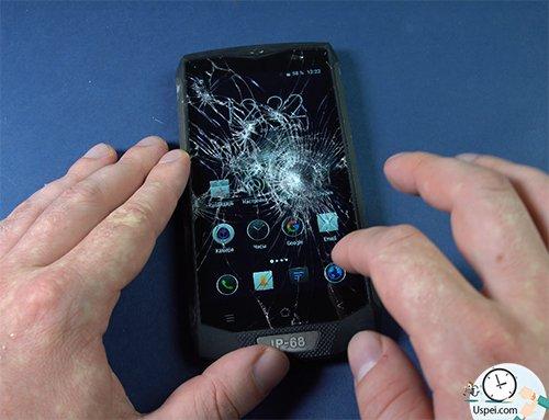 даже с разбитым экраном смартфон также реагирует на сенсор