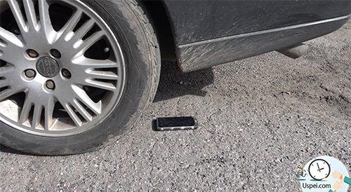 смартфон должен выдержать некоторые механические нагрузки, например проезд по нему двухтонного автомобиля