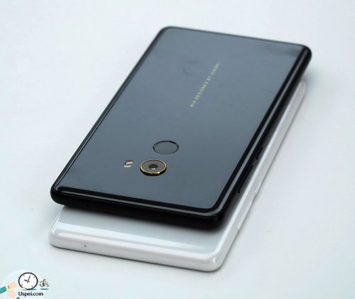 Помимо цвета, что очевидно, смартфоны отличаются еще и сборкой.