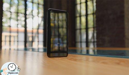 Xiaomi Mi 8 - симпатичный дизайн
