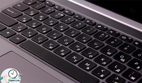 Клавиатура устройства очень удобная и как будто парит над корпусом