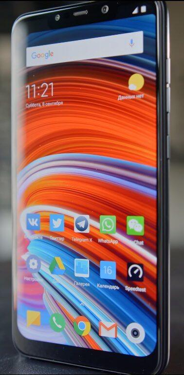 Xiaomi Pocophone F1 - дисплей с большим вырезом