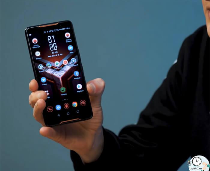 ASUS ROG Phone: Зажимаем их и видим, как оживают обои на рабочем столе. И зажигается логотип на задней панели.