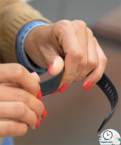 Обзор фитнес-браслета Huawei Band 2 Pro - ремешок приятный на ощупь
