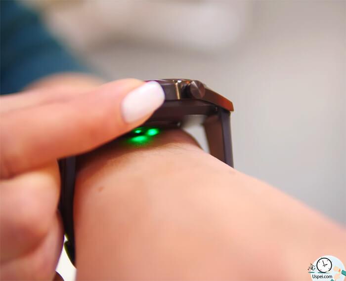 пульс, конечно же. Последний измеряется оптическим пульсометром. Точность хорошая, на уровне тех же Galaxy Watch, но до Apple Watch не дотягивает, что, впрочем, простительно, учитывая разницу в цене.