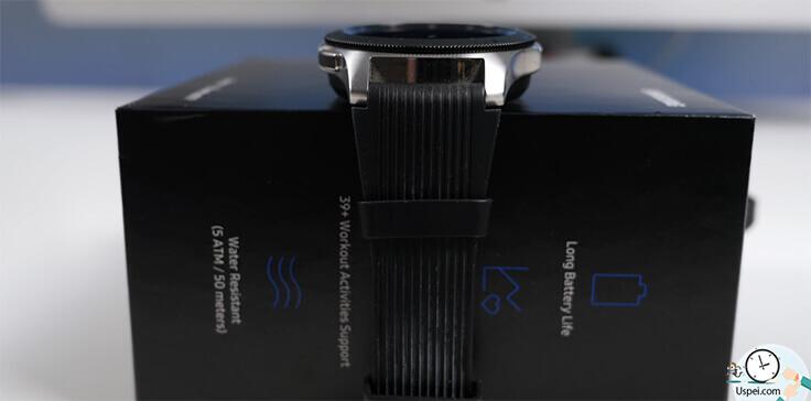 Samsung Galaxy Watch: в полоске идущего в комплекте силиконового ремешка уж очень сильно забивается грязь