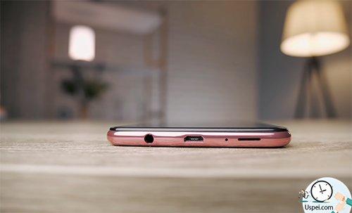 Samsung Galaxy A7: нижняя грань, конечно, смотрится неаккуратно