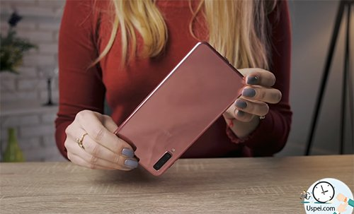 Samsung Galaxy A7: Обошлось без многоцветного градиента.