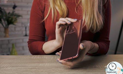 Samsung Galaxy A7: Особенно хорошо задняя часть «играет», когда в ней отражаются солнечные лучи или лампа.