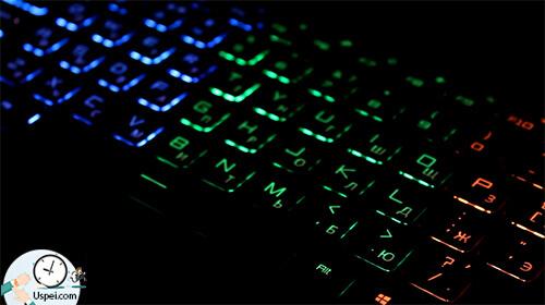 Единственное, что выделяет этот ноутбук как игровой, является подсветка клавиатуры и нижней части корпуса
