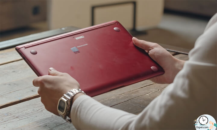 ZenBook S: низ из металла с матовой полировкой и с резиновыми ножками