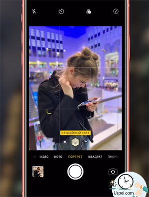 «Камера» несмотря на то, что в iPhone XR установлена стандартная, одинарная камера, это не помешало инженерам из компании Apple сделать её на несколько голов выше, чем у флагманов предыдущих лет
