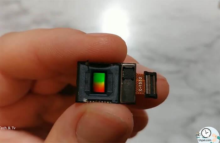 в процессе фокусировки участвуют специальные датчики, расположенные по краям матрицы.