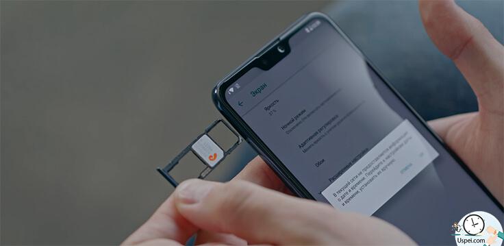 ASUS ZenFone Max Pro M2 слева тройной слот куда можно вставить и microSD и две SIM-карты одновременно