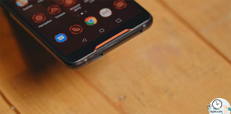 Asus ROG Phone - Type-C - он не по центру, но это оправданно, чтобы удобно было подключать внешние аксессуары