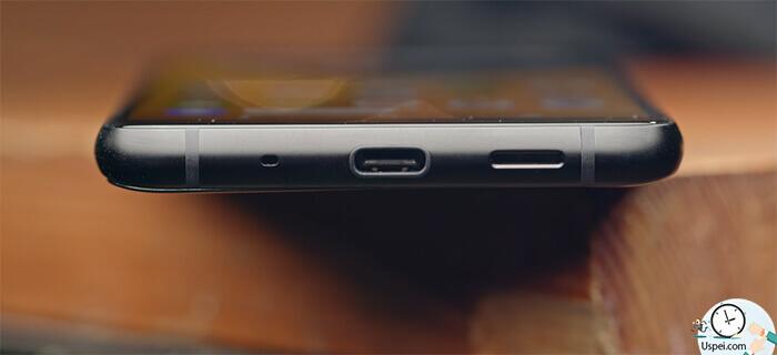 Яндекс.Телефон — внизу решетка динамика Type-C с USB 3.0