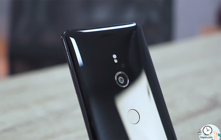 Sony XPERIA XZ3– Сверху вниз на «спинке»: лазер автофокуса, светодиод, камера, сканер отпечатков пальцев, надпись XPERIA