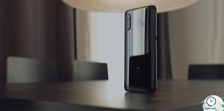 Xiaomi Mi 9: сзади красиво переливается