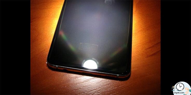 если фонариком посвятить на экран, сканер тут будет заметно и будет заметно то, что он смещен немного влево.