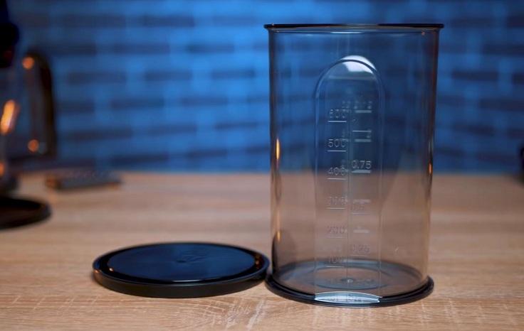 Мерная чаша с крышкой и шкалой