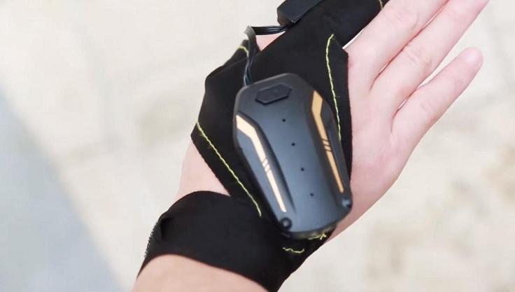 Дрон с перчаткой для управления