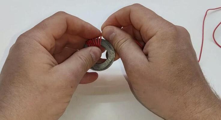 Проволоку и наматываем ее на магнит по кругу