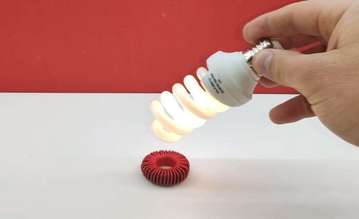 Лампочка реагирует на электромагнитное поле и загорается