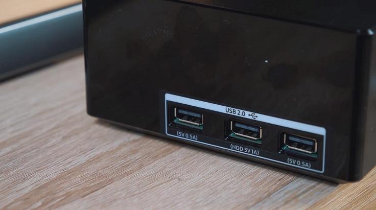 На боксе на правой грани – три USB