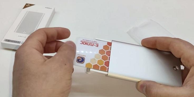 В чехол может вместиться 6 банковских карточек или 16 визиток