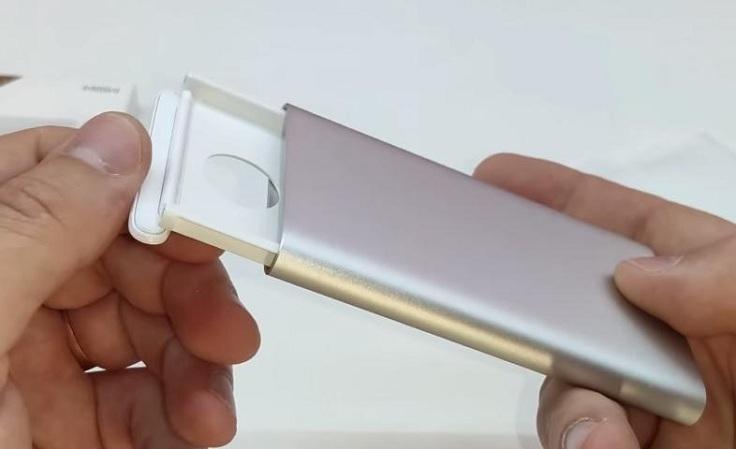 Спереди выдвижного механизма есть откидной бортик, который удерживается магнитами