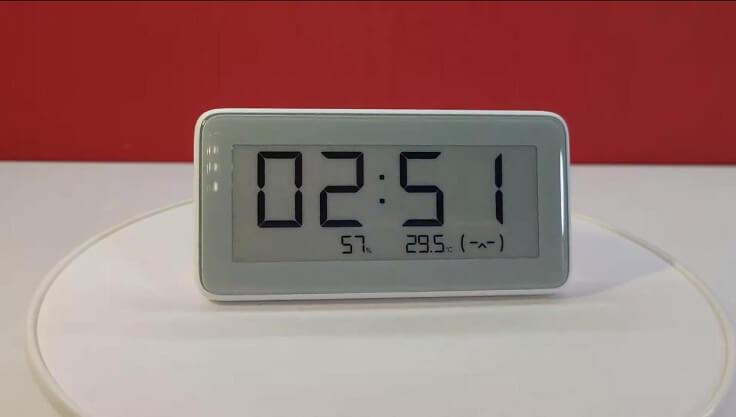 Под временем видна влажность, температура и смайлик, отображающий качество воздуха