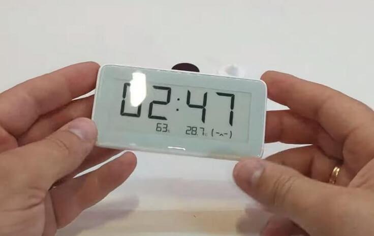 Двух батареек хватает работать часов от года до двух