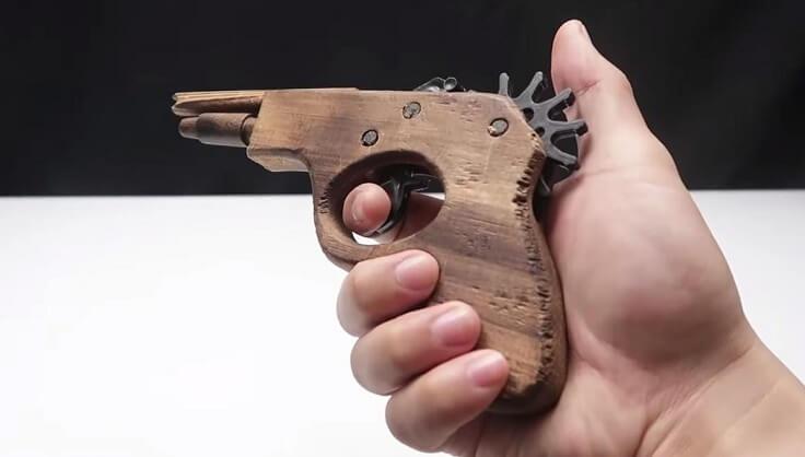 Пистолет стреляет резинками