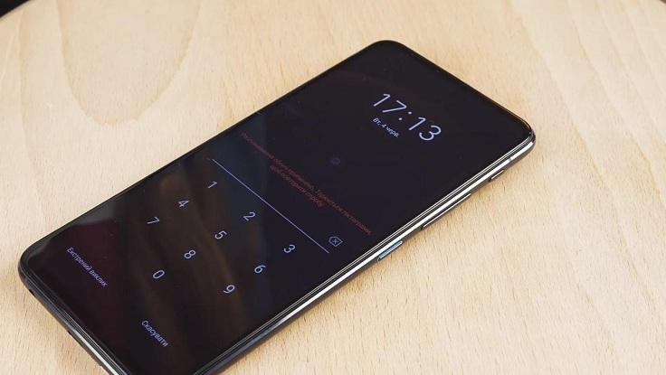 Когда телефон лежит на столе, то он сразу признает свое бессилие