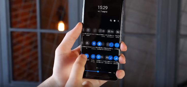 Более комфортного пользования смартфоном в темное время суток.
