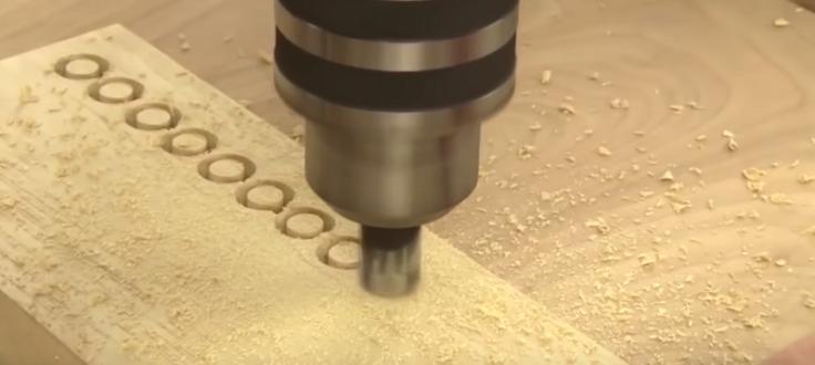 с помощью дрели вырезать аккуратные и одинаковые чопики из дерева