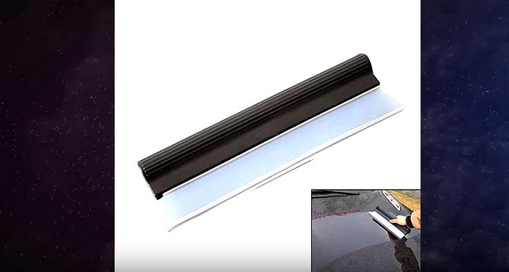 щетка состоит из двух частей: пластиковая душка и силиконовый скребок