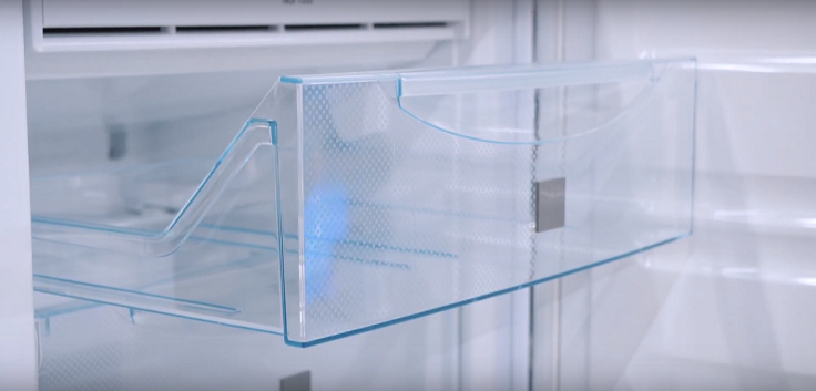 Передняя панель прозрачная, и можно увидеть содержимое контейнера