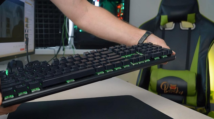 Собрана клавиатура хорошо, корпус не люфтит и не хрустит