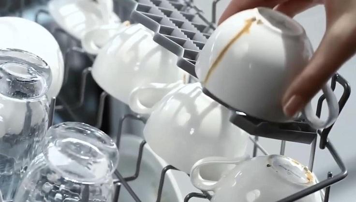 Стерилизует посуду;