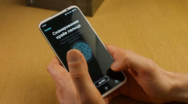 Есть сканер отпечатков пальцев, встроенный в экран и отлично работающий