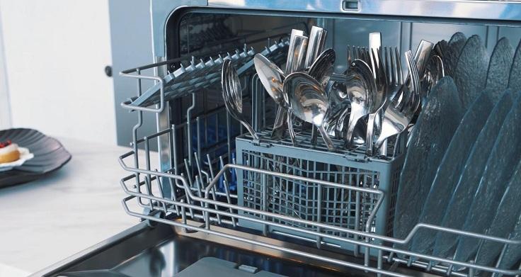 Отложить запуск посудомоечной машинки можно на 2 часа, 4 и 8
