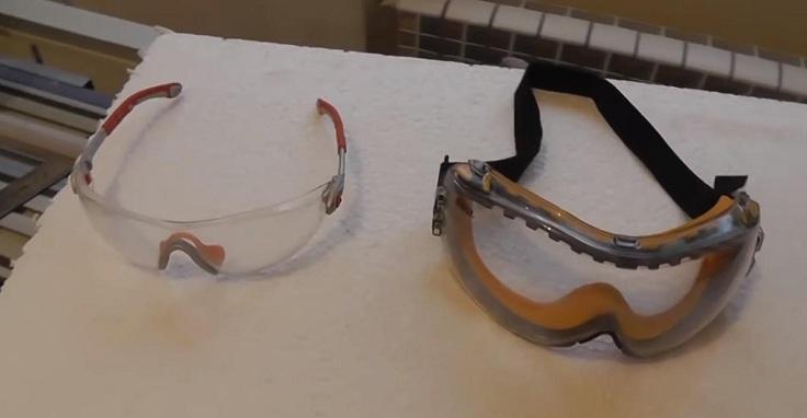в комплекте идут защитные очки