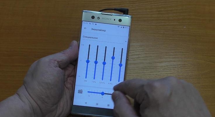 Кроме этого, смартфон оснащен FM-радио