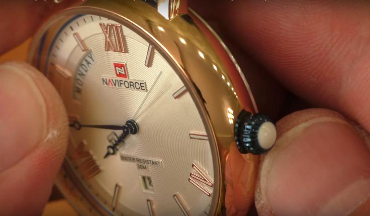И оригинально изготовлена головка регулировки часов