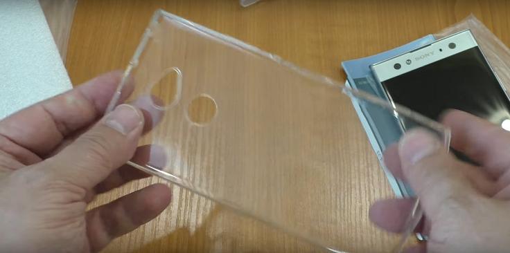 Этот бампер проще. Тут просто силикон.