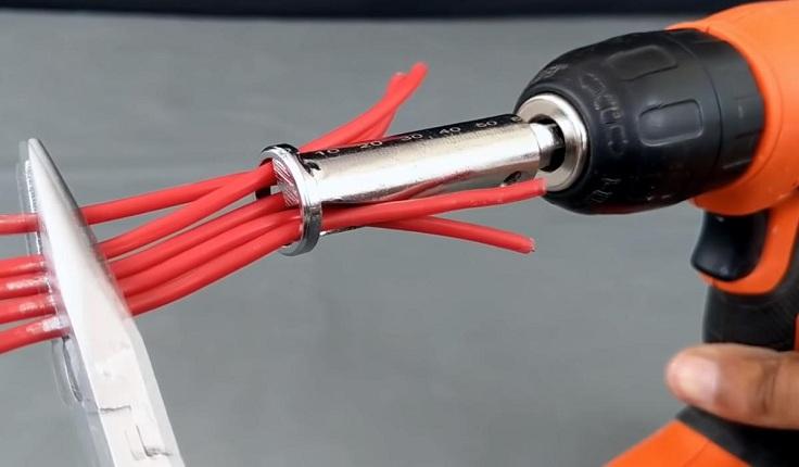 Уложите до 5 проводов в специальные отверстия насадки
