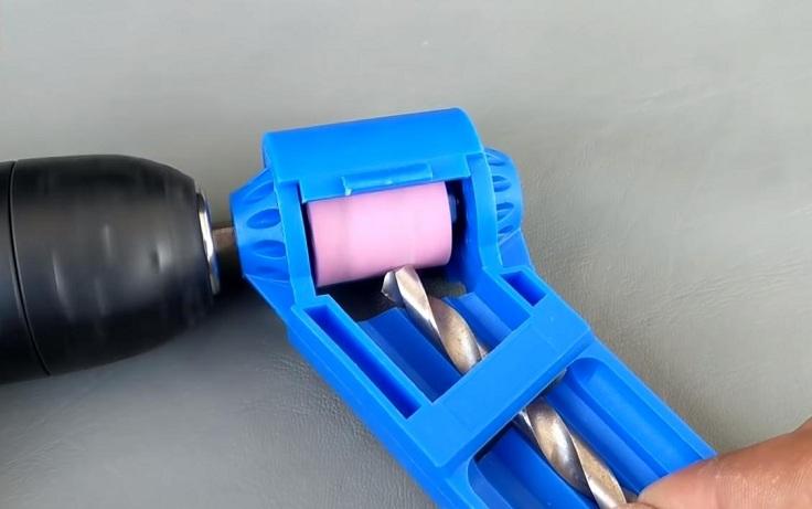 Сверло подается строго под необходимым углом по пластиковой направляющей